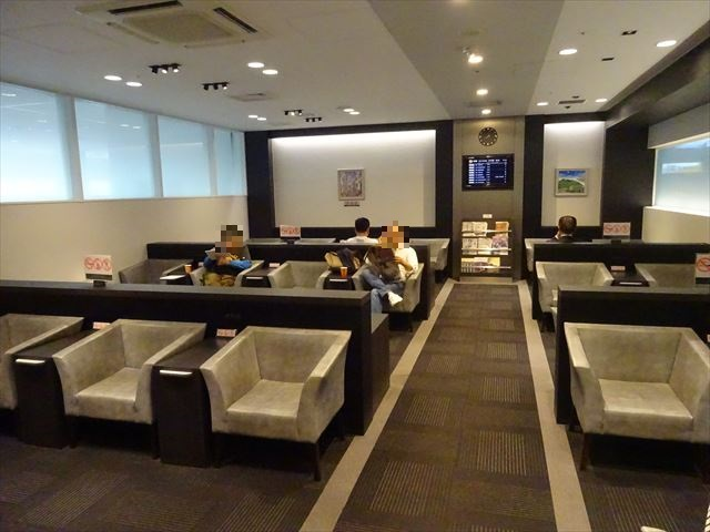神戸空港に唯一ある「ラウンジ神戸」で出発前にくつろぐ