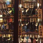 高瀬川に面した居酒屋「芋蔵」には、焼酎が数百種類もあるよ!