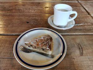 クランプコーヒーサラサのカフェラテとケーキ
