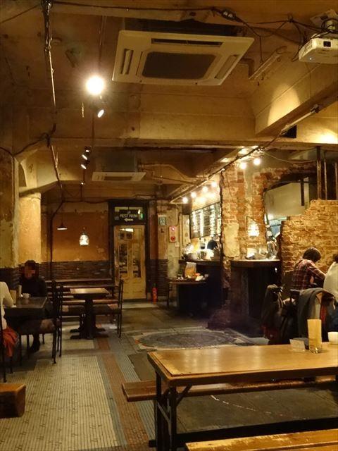 地下に広がるオシャレなレトロ空間のカフェでランチ