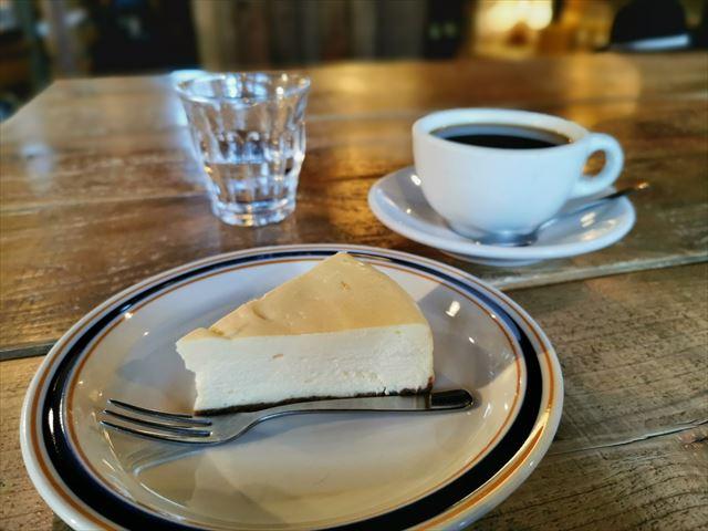クランプコーヒーサラサのコーヒーとケーキ