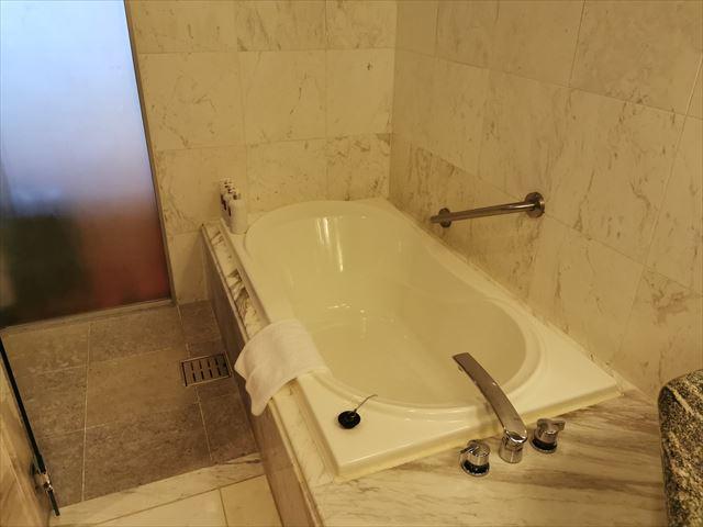オキナワ マリオット リゾート&スパのバスルーム